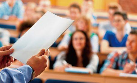 授業をサボった生徒を晒し者に?教師の行動に賛否両論!