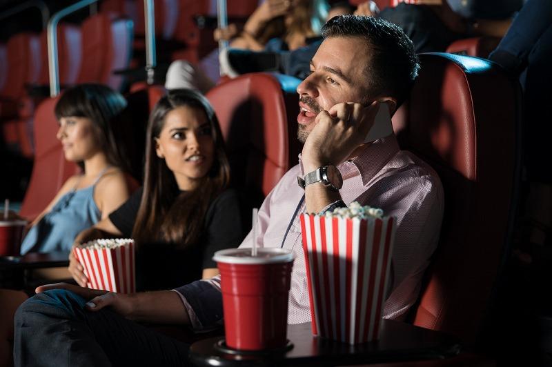 原因3:映画館でのマナー違反者が増えてしまう