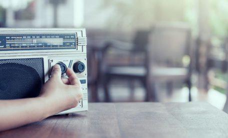 ラジオ番組の司会進行に批判が殺到し炎上