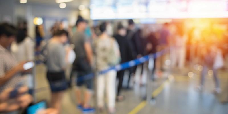 開始時間前から待機していた人たちで整理券の配布が終了に